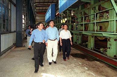 2000年9月19日,时任浙江省委书记张德江一行视察公司
