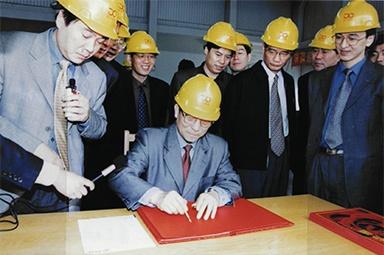 2002年4月3日,时任浙江省省长柴松岳视察球彩直播粤语sam工业园